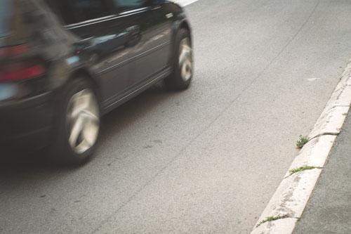 車道を走る車